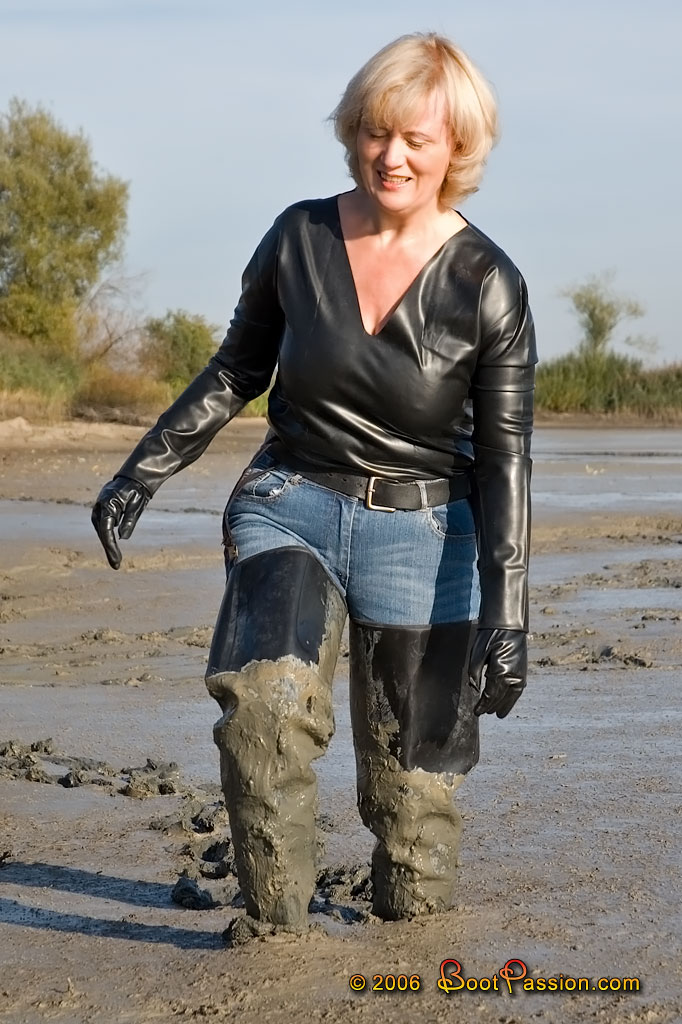 Thigh Boots in Mud http://www.shop.bootpassion.com/dvdshop.php5?viewItem=31004